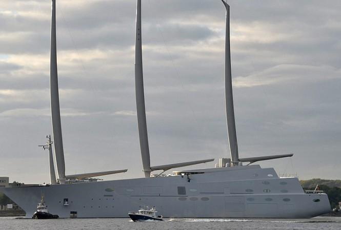 Cột buồm của siêu du thuyền cao 91,4 mét, hơn cả tháp đồng hồ Big Ben của Anh.