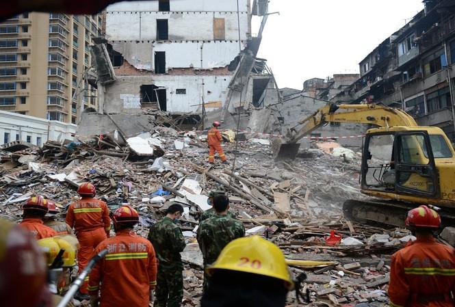 Các nhân viên cứu hộ nỗ lực tìm kiếm nạn nhân mắc kẹt trong đống đổ nát.