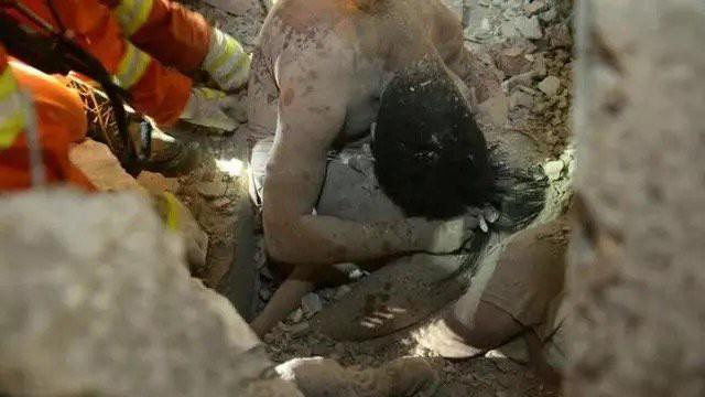 Cảnh tượng cha mẹ che chở con gái trong đống đổ nát vụ sập nhà ở Ôn Châu khiến người xem phải ứa nước mắt.