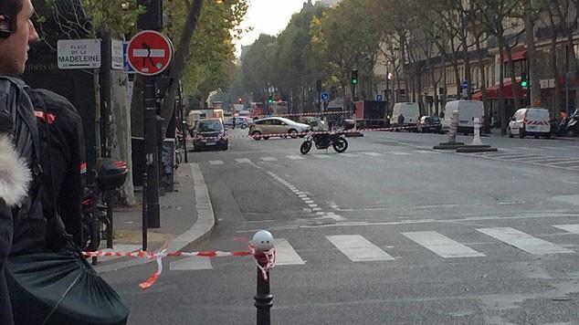 Đại lộ Boulevard de la Madeleine cùng các tuyến đường xung quanh bị phong tỏa vì chiếc xe chứa bom.