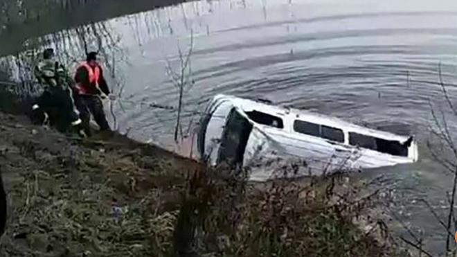 Chiếc xe chở khách được lực lượng cứu hộ kéo lên bờ