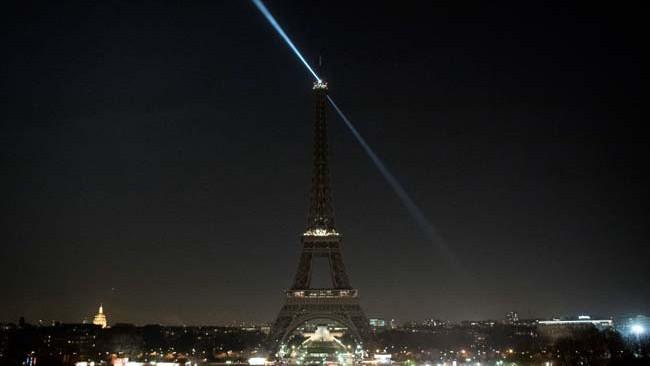 Tháp Eiffel được tắt đèn tối ngày 15/12