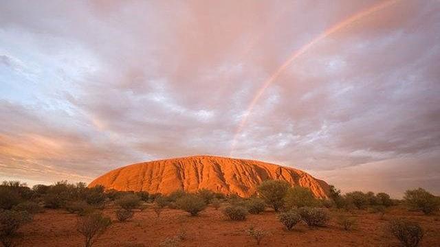 Ngọn núi thiêng Uluru ở bắc Úc.
