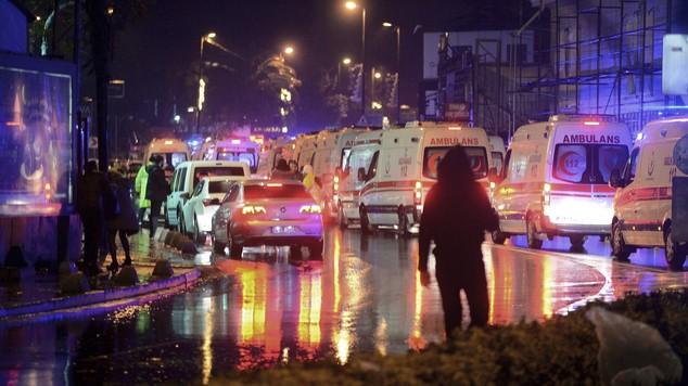 Xe cứu thương cùng cảnh sát bên ngoài hộp đêm