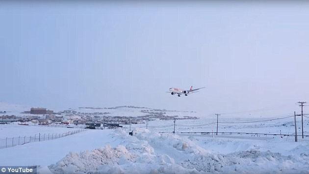 Chiếc máy bay Boeing 777 của hãng Hàng không Quốc tế Thụy Sỹ bị hỏng động cơ đang hạ cánh xuống sân bay Iqaluit