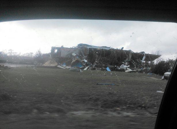 Một phần tường của Trung tâm Hàng không Vũ trụ Mỹ (NASA) ở New Orleans, bang Louisiana bị đổ sập