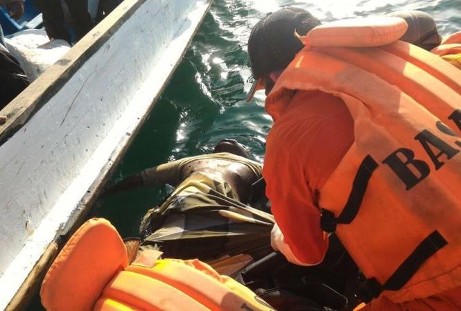 Lực lượng cứu hộ vớt thi thể nạn nhân trong vụ chìm thuyền ở Indonesia hôm 7/2.