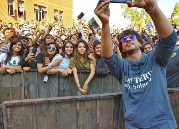 Thần tượng SRK chụp ảnh selfie cùng nhiều người hâm mộ