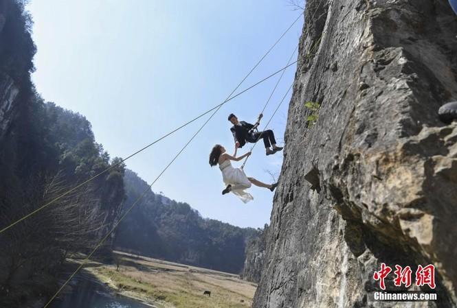 Cặp đôi liều mình vách núi nằm bên bờ sông Tương Giang.