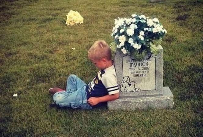 Bức ảnh Walker ngồi bên mộ Willis được chụp khi em mới 5 tuổi.