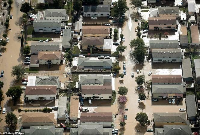 Các ngôi nhà ở San Jose chìm trong nước lũ.
