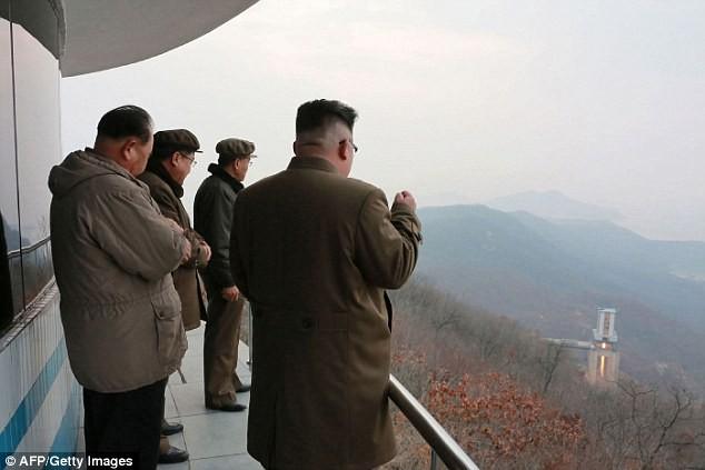 Lãnh đạo Triều Tiên Kim Jong Un thị sát một cuộc thử tên lửa