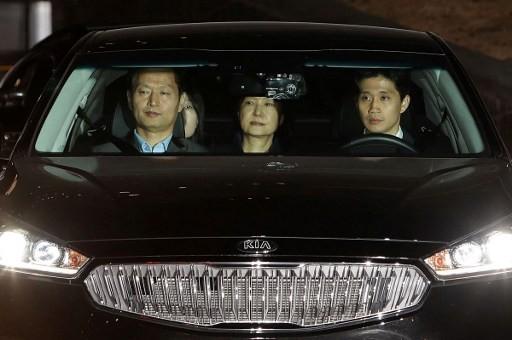 Xe đưa cựu Tổng thống Hàn Quốc Park Geun-hye (giữa) rời khỏi văn phòng công tố tới trung tâm giam giữ ở Seoul sáng sớm ngày 31/3.