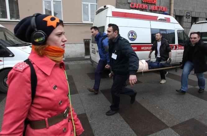 Một nạn nhân của vụ đánh bom được đưa đi cấp cứu.