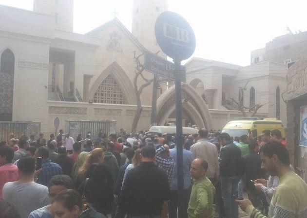 Bên ngoài nhà thờ St George Coptic sau vụ tấn công.