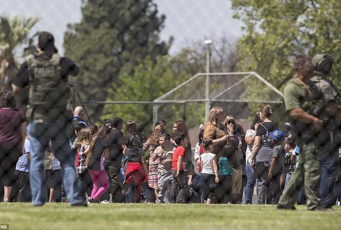 Học sinh Trường Tiểu học North Park được sơ tán sau vụ nổ súng.