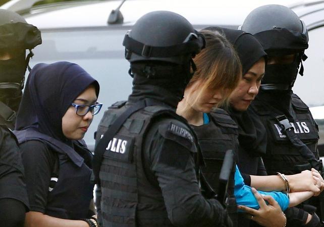 Đoàn Thị Hương được cảnh sát hộ tống tới tòa án Sepang hôm 13/4.