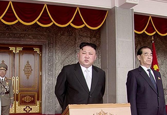 Lãnh đạo tối cao CHDCND Triều Tiên Kim Jong-un chủ trì lễ duyệt binh lớn nhất lịch sử trên quảng trường Kim Nhật Thành.