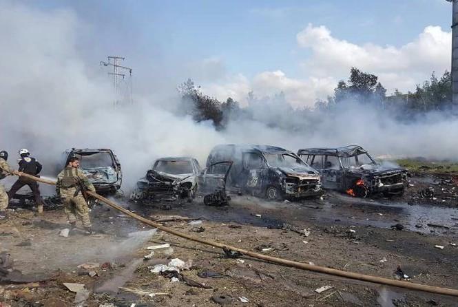 Hiện trường vụ đánh bom kinh hoàng nhằm vào đoàn xe chở người sơ tán ở Syria.