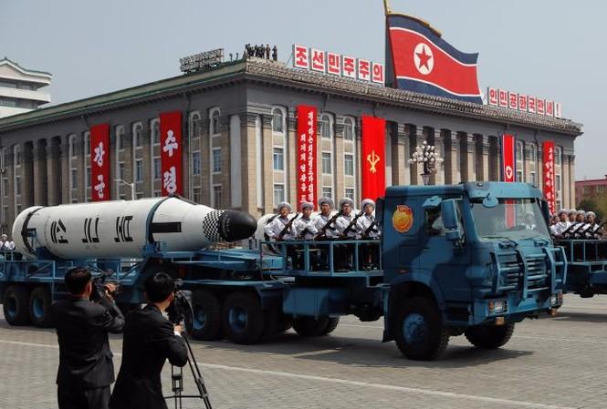 Tên lửa đạn đạo phóng từ tàu ngầm Pukkuksong được diễu qua quảng trường Kim Nhật Thành hôm 15/4