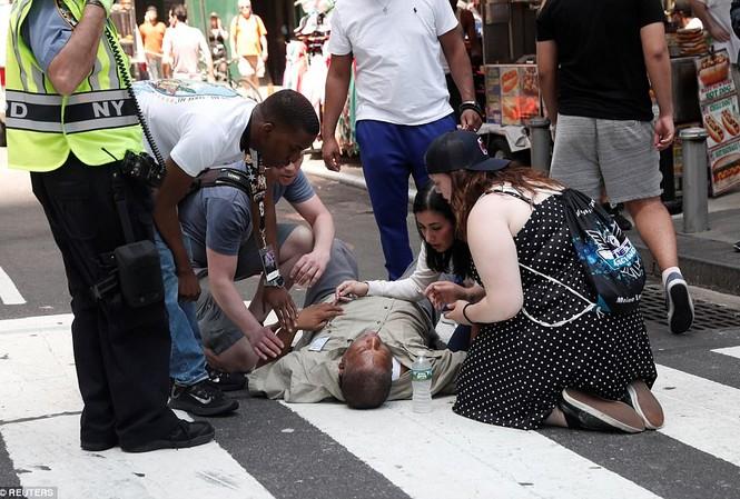 Một người bị thương nằm trên đường sau vụ xe điên lao vào người đi bộ ở Quảng trường Thời đại, New York, Mỹ.