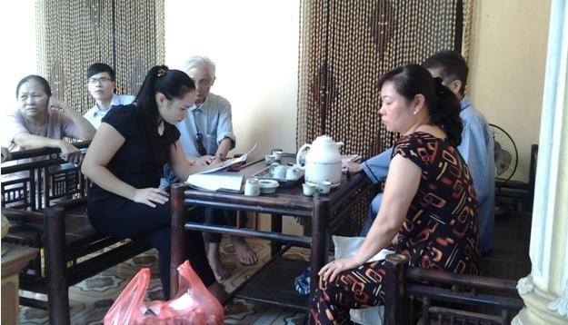 Lương y Hiền đang đọc bệnh án của bệnh nhân