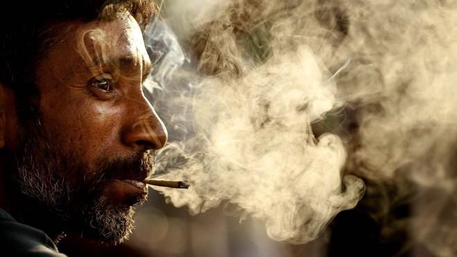 Hút thuốc làm tăng nguy cơ viêm thanh quản trong mùa lạnh (Ảnh minh họa).