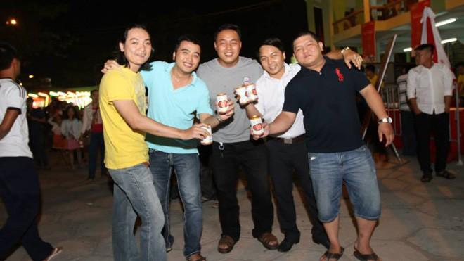 Nhiều nhóm bạn đã có những giây phút tụ tập cùng uống bia vui vẻ tại minishow Quà tặng tinh túy.
