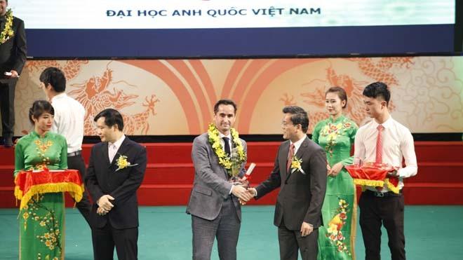 """BUV nhận giải thưởng Rồng vàng uy tín với danh hiệu """"Chất lượng giáo dục chuẩn Anh quốc"""" cho giảng dạy bậc Đại học năm 2013"""