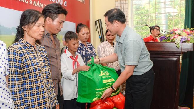 Doanh nhân văn hóa - Tổng Giám đốc Vũ Minh Châu trao từ thiện cho bà con có hoàn cảnh đặc biệt khó khăn tại Thái Bình