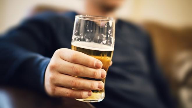 Người mắc bệnh gút nên hạn chế uống rượu, bia
