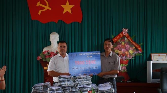 Ông Trần Xuân Đại – Phó TGĐ Công ty CP TT H&H Luxury VN và đại diện Phòng giáo dục và Đào tạo Huyện Tân Sơn, trao nhận đồng phục cho các em