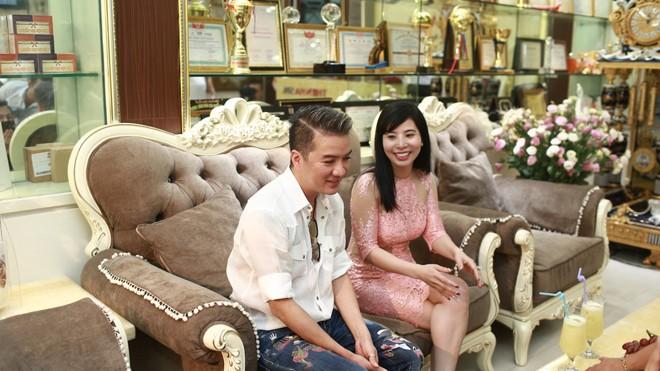 Xuất hiện tại Spa Thiên Hà, tọa lạc số 176 Trần Duy Hưng, Quận Cầu Giấy, Hà Nội, Mr Đàm ăn vận giản dị, trẻ trung với quần jeans áo sơ-mi.
