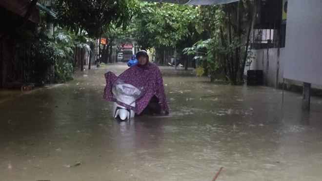 Thành phố Vinh ngập sâu, nước tràn vào nhà dân