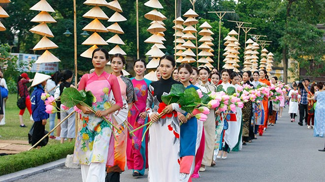 Festival Áo dài Hà Nội năm nay là nơi các các nghệ nhân áo dài thể hiện sự tài hoa của mình trong một không gian lung linh và sâu lắng.
