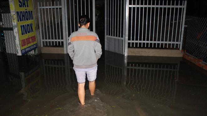 Nhà dân bị cô lập trong biển nước