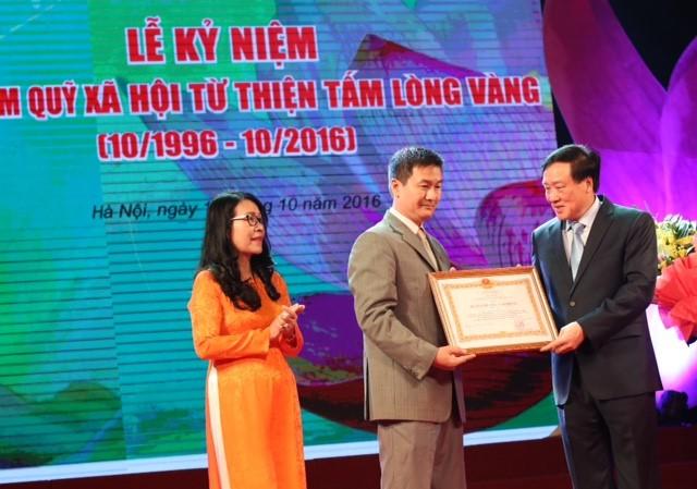 Ông Trần Duy Phương - Tổng Biên tập Báo Lao Động và bà Phạm Thị Hồng Chung - PV Báo Lao Động vinh dự được nhận Huân chương Lao động hạng 3