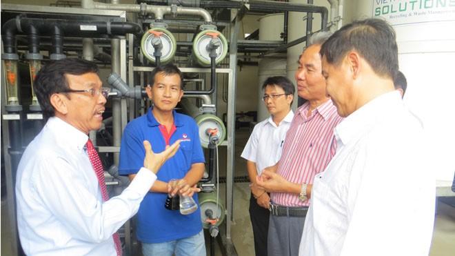 ông David Dương – Tổng giám đốc VWS (trái) giới thiệu với Hiệp hội quy trình xử lý rác