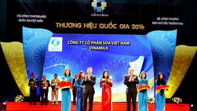 Phó Thủ tướng Trương Hòa Bình trao biểu trưng đạt Thương hiệu Quốc gia năm 2016 cho đại diện Vinamilk