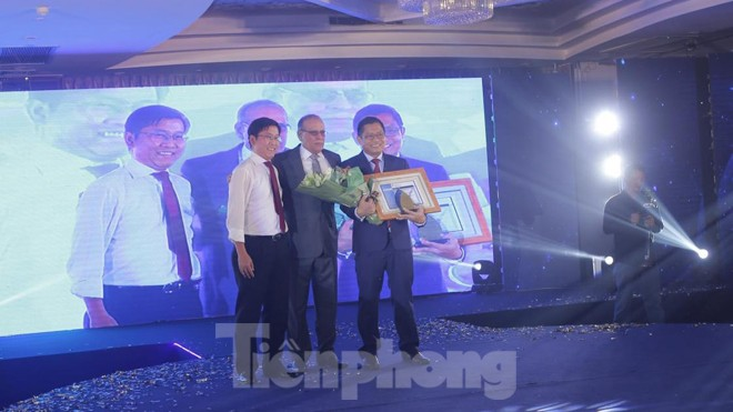 Ông Lê Minh Huấn- Phó Tổng giám đốc SCB nhận Chứng chỉ bảo mật quốc tế PCI DSS