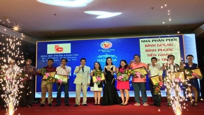 Ông Hồ Thanh Nhanh và bà Huỳnh Thị Mỹ Hiền cùng nhà phân phối các tỉnh nâng ly chúc mừng hội nghị.