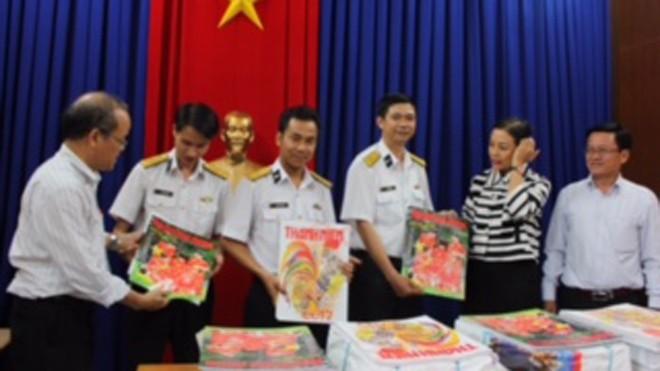 VWS tặng báo xuân cho Hải quân và kiều bào