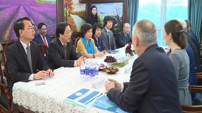 Buổi đàm phán xúc tiến đầu tư giữa tập đoàn TH và Chính phủ Cộng hòa Bashkortostan Tập đoàn TH tặng quà lưu niệm cho Thủ tướng Chính phủ Cộng hòa Bashkortostan.