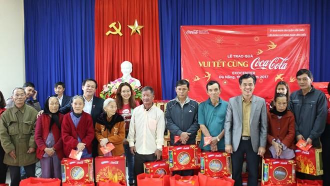 Các gia đình có hoàn cảnh kém may mắn thuộc quận Liên Chiểu, Đà Nẵng được đại diện chính quyền địa phương trao quà Tết ý nghĩa.
