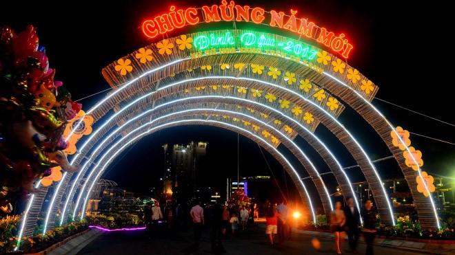 Đường hoa được tổ chức trên đường Điện Biên Phủ, đoạn từ ngã tư giao với Hùng Vương đến đoạn giao Lương Văn Chánh. Trong ảnh là cổng chào đường hoa trên đường Điện Biên Phủ trang trí ánh sáng. Ảnh Vnexpress