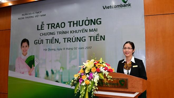 Bà Nguyễn Thị Thêu – Giám đốc Vietcombank Hải Dương phát biểu chúc mừng khách hàng trúng giải Đặc biệt