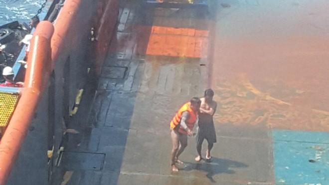 Cứu 8 ngư dân bị chìm tàu trên biển