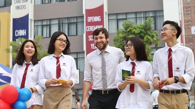 Từ năm học 2017-2018, Vinschool chính thức bổ sung Chương trình Song ngữ quốc tế Cambridge từ lớp 1 đến lớp 8 với các giáo viên bản ngữ có kinh nghiệm và bằng cấp do Cambridge thẩm định.