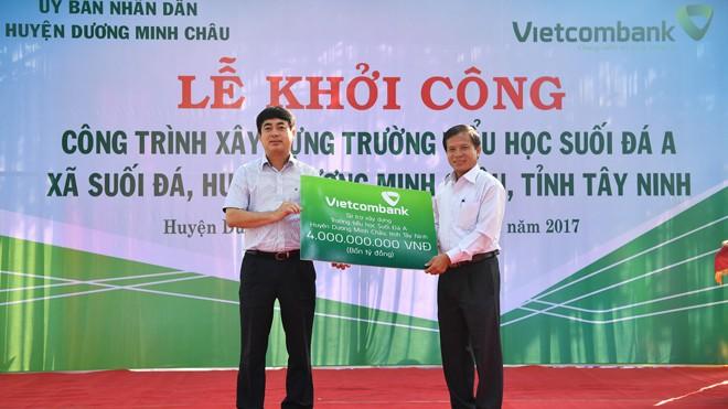 Chủ tịch HĐQT Vietcombank Nghiêm Xuân Thành trao biển tượng trưng số tiền tài trợ 4 tỷ đồng cho lãnh đạo địa phương
