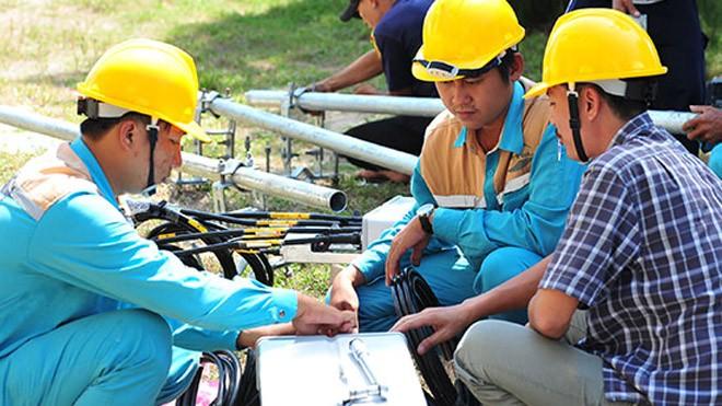 Các cán bộ kỹ thuật của Viettel Khánh Hòa lắp đặt các trạm 4G phục vụ biển đảo.